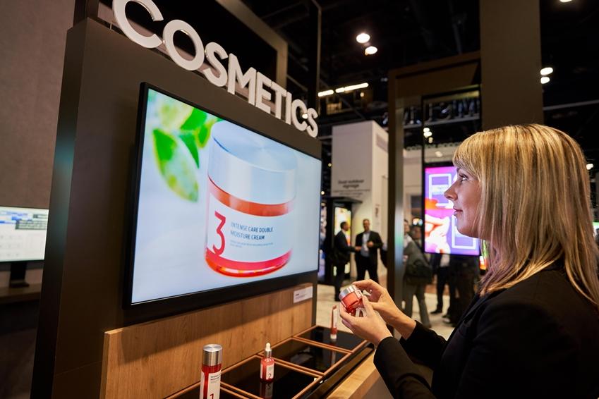 현지시간 12일 미국 올랜도에서 열리는 세계 최대 규모의 전문 AV(AudioVisual) 전시회 '인포콤 2019 (Infocomm 2019)'에서 관람객이 삼성전자 매직인포7 솔루션의 인공지능 광고 기능을 체험하고 있다. 특정 화장품을 들면 제품 바닥의 센서를 인식해 해당 제품의 광고를 보여준다.