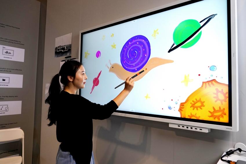 삼성전자 직원이 현지시간 12일 미국 올랜도에서 열리는 세계 최대 규모의 전문 AV(AudioVisual) 전시회 '인포콤 2019 (Infocomm 2019)'에서 '삼성 플립' 신제품을 소개하고 있다.