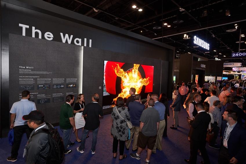 현지시간 12일 미국 올랜도에서 열리는 세계 최대 규모의 전문 AV(AudioVisual) 전시회 '인포콤 2019 (Infocomm 2019)'에 마련된 삼성전자 전시관에서 관람객들이 홈 시네마용 디스플레이 '더 월 럭셔리' 219형 제품을 체험하고 있다.
