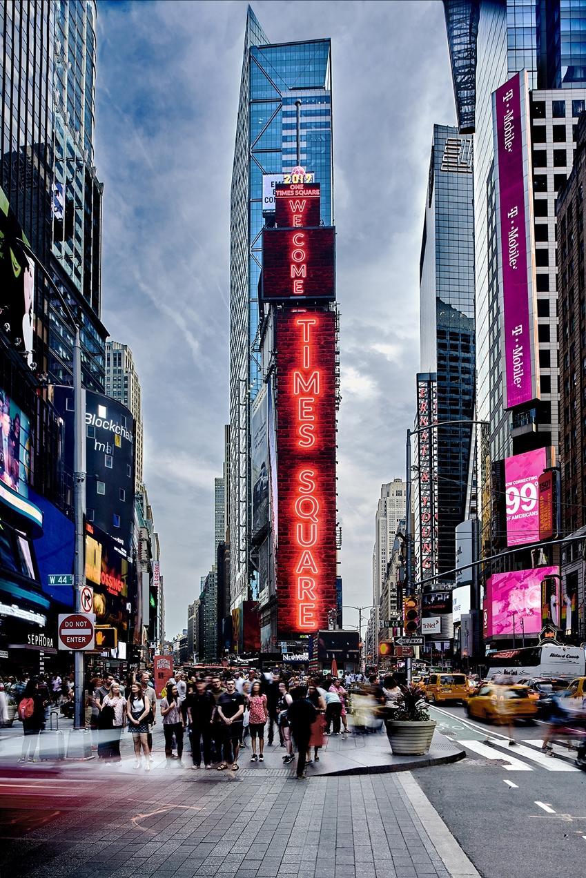 사진 가운데 'WELCOME TO TIMES SQUARE' 라는 문구를 표시하고 있는 전광판이 이번에 교체 공급된 삼성 LED 사이니지 제품이다. 총 4개의 스크린으로 구성되며 면적은 약 1,081㎡에 달한다.