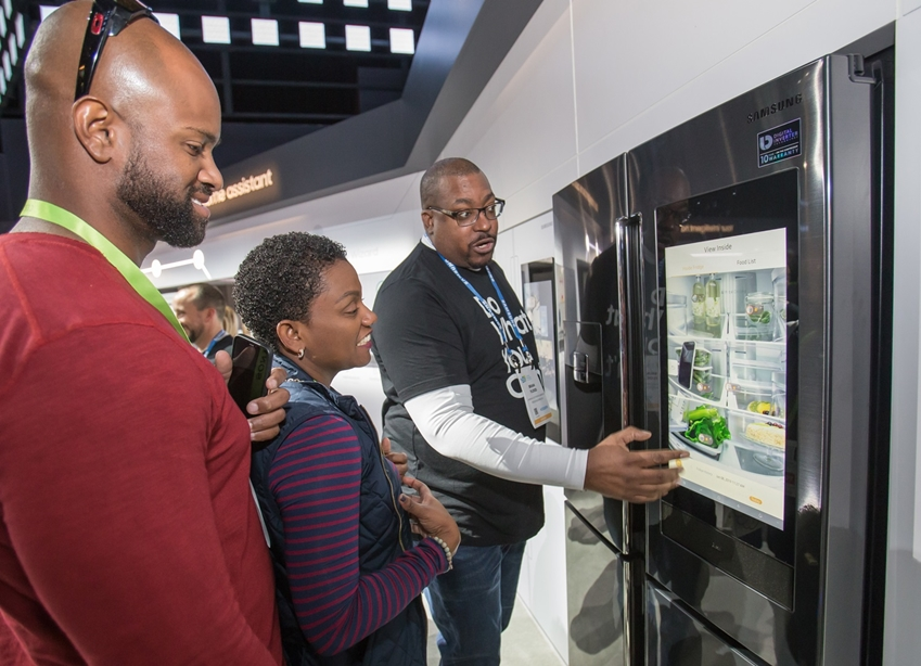 지난 1월 미국 라스베이거스에서 열린 세계최대 전자 전시회 CES2019에서 관람객들이 삼성전자 패밀리허브 냉장고를 살펴보고 있다.