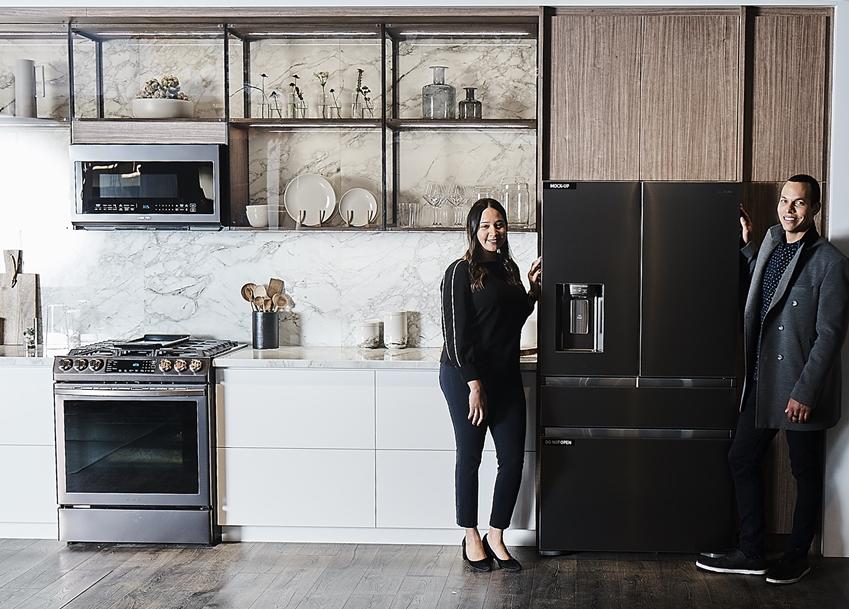 지난 2월 미국 라스베이거스에서 열린 북미 최대 주방·욕실 전시회 KBIS2019에서 삼성전자 모델이 '투스칸 스테인리스'가 적용된 냉장고 신제품을 소개하고 있다.