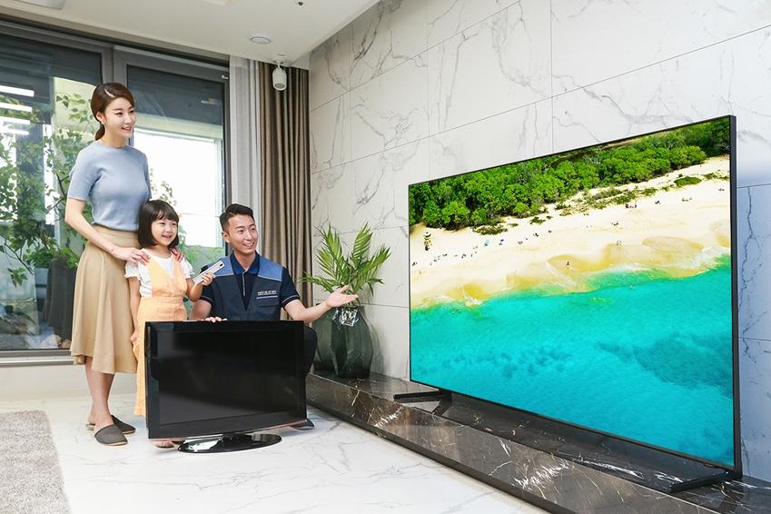 삼성전자 TV 설치기사가 '대국민 TV 보상 페스티벌'을 통해 TV를 구매한 소비자 가정에서 구형 TV를 회수하고 2019년형 QLED TV를 설치한 후 사용법을 설명하고 있다.