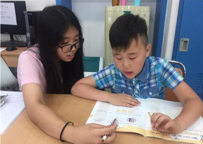 고등학생 자원봉사자와 다문화 가정 아이의 멘토-멘티 관계
