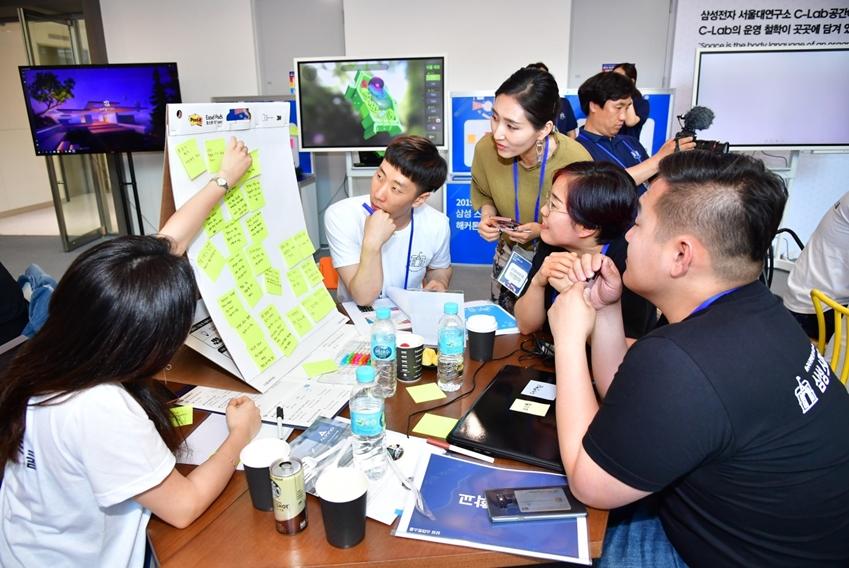 메모를 활용해 기관별로 처해 있는 상황과 산적한 현안들을 정리해보는 프로그램에 참여 중인 사람들