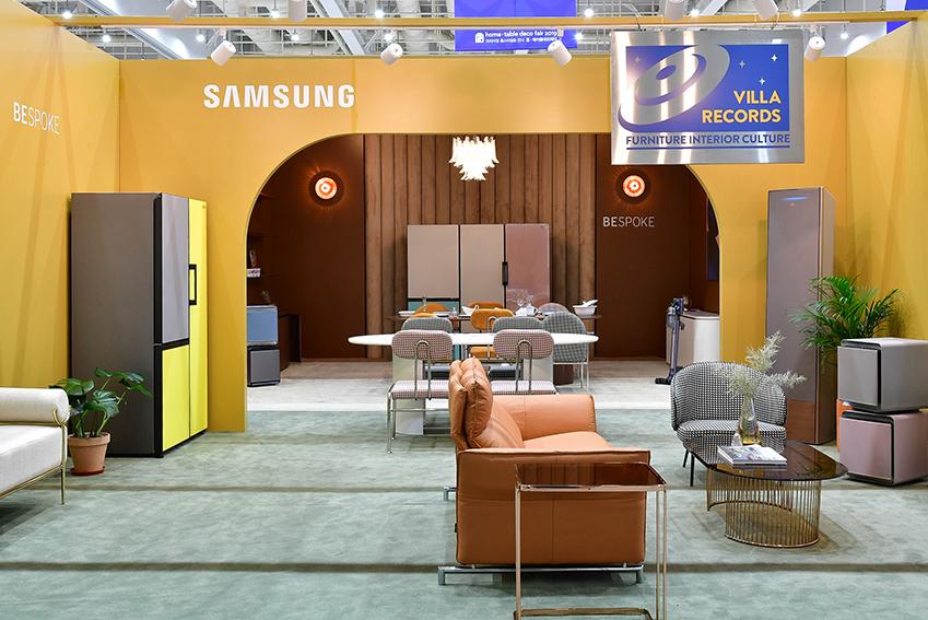 '2019 수원 홈∙테이블데코페어'에서 삼성전자와 빌라레코드가 컬래버레이션해 완성한 공간. 가구 같은 비스포크 냉장고와 1960~1970년대 디자인을 재해석한 감각적인 가구가 조화롭다.