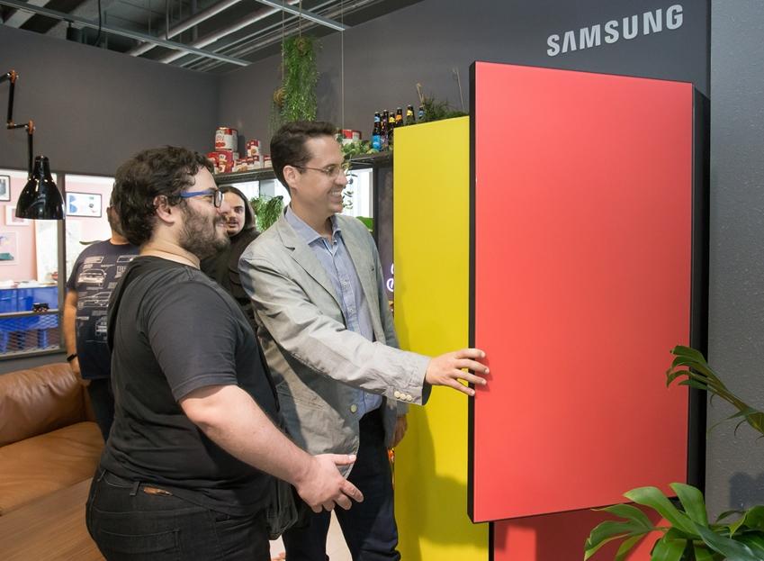 지난 3일 브라질 최대 일간지인 '오 글로부(O Globo)'를 포함한 중남미 주요 매체 기자들이 삼성디지털프라자 강남본점에 마련된 '프로젝트 프리즘' 쇼룸을 방문해 색상과 제품 타입을 취향에 맞게 조합할 수 있는 맞춤형 냉장고 '비스포크'를 직접 체험해 보고 있다.