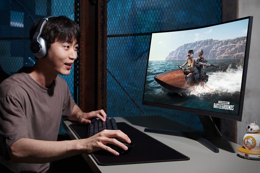 삼성전자 모델이 15일 국내 출시되는 커브드 게이밍 모니터 'CRG5' 27형을 체험하고 있다.