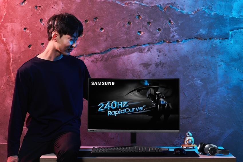 삼성전자 모델이 15일 국내 출시되는 커브드 게이밍 모니터 'CRG5' 27형을 소개하고 있다.
