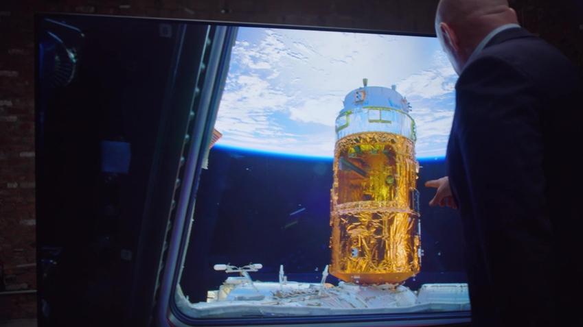 삼성전자가 달 착륙 50주년을 맞아 'QLED 8K로 본 우주'라는 콘셉트로 영상을 제작해 20일 공개했다. 이 영상은 NASA에서 제작한 우주정거장 영상과 전직 우주비행사 스콧 켈리의 경험담을 중심으로 구성되었으며 QLED 8K의 화질 우수성을 잘 전달하고 있다. 사진은 이 영상 속의 한 장면으로 스콧 켈리가 우주에서 촬영한 지구의 모습을 삼성전자 QLED 8K TV로 감상하고 있다.