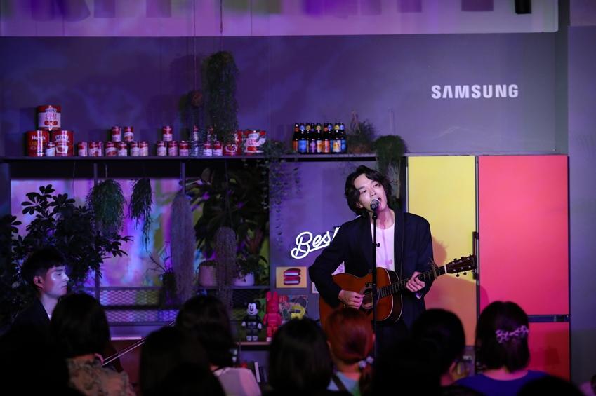 가수 케빈오가 지난 19일 삼성디지털플라자 강남본점 5층에 위치한 삼성 라이프스타일 생활가전 쇼룸 '#프로젝트프리즘(ProjectPRISM)'에서 '프리즘 콘서트'를 열고 노래하고 있다.