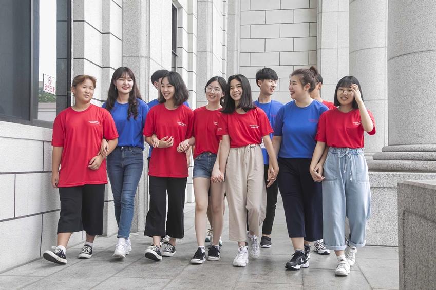 7월 26일 용인에 위치한 경희대학교 국제캠퍼스에서 '2019 삼성드림클래스 여름캠프'에 참여하는 중학생들과 대학생 멘토들이 함께 교정을 걸으며 대화를 나누고 있다.