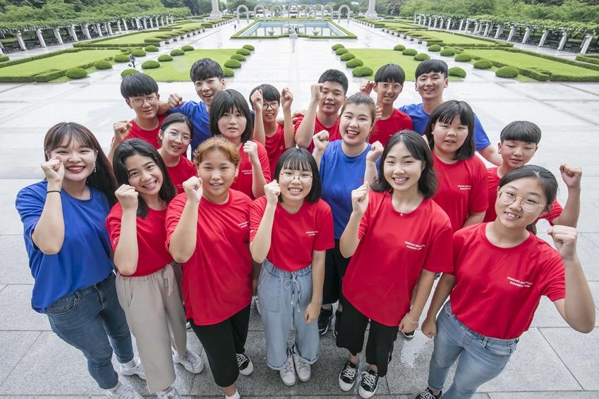 7월 26일 용인에 위치한 경희대학교 국제캠퍼스에서 '2019 삼성드림클래스 여름캠프'에 참여하는 중학생들과 대학생 멘토들이 화이팅을 외치고 있다.