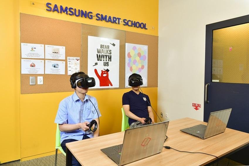 VR 기기로 직무 교육중인 모습