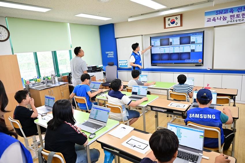 ▲아이들의 노트북이 교단의 전자칠판과 연계돼 개별 진행 속도를 실시간으로 확인하고 점검할 수 있다