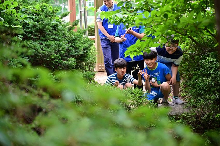 ▲360도 카메라 '기어 360'을 활용해 학교 주변을 촬영하고 있는 아이들의 모습
