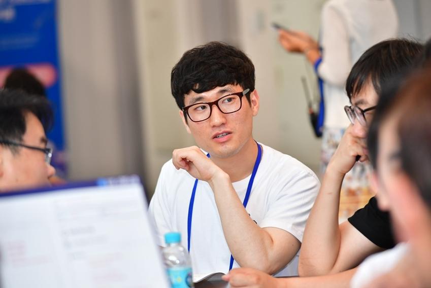 ▲ 이아론 씨가 매칭 기관인 거제애광학교 교사들과 개선이 시급한 문제에 대해 대화를 나누고 있다.