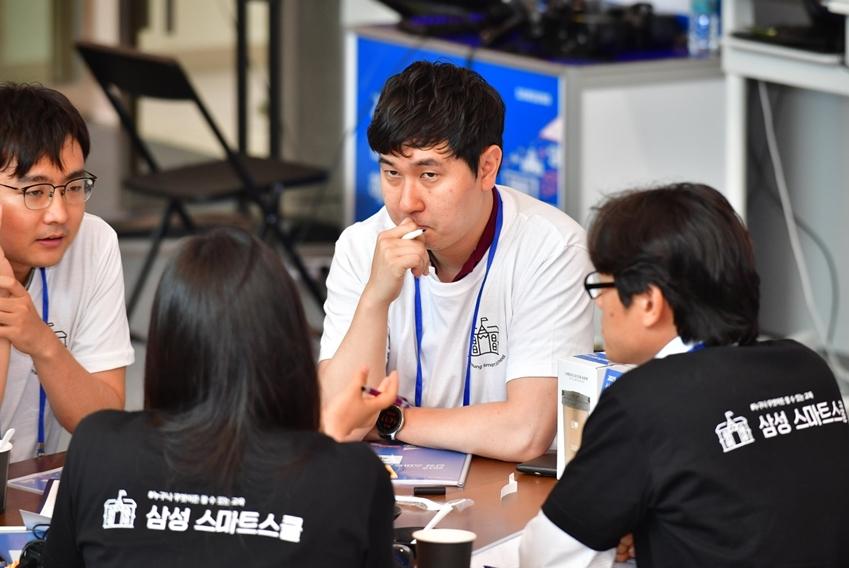 ▲ 허시영(오른쪽에서 두 번째) 씨가 (사)우리들학교 담당자와 교육 솔루션에 대해 이야기하고 있다.