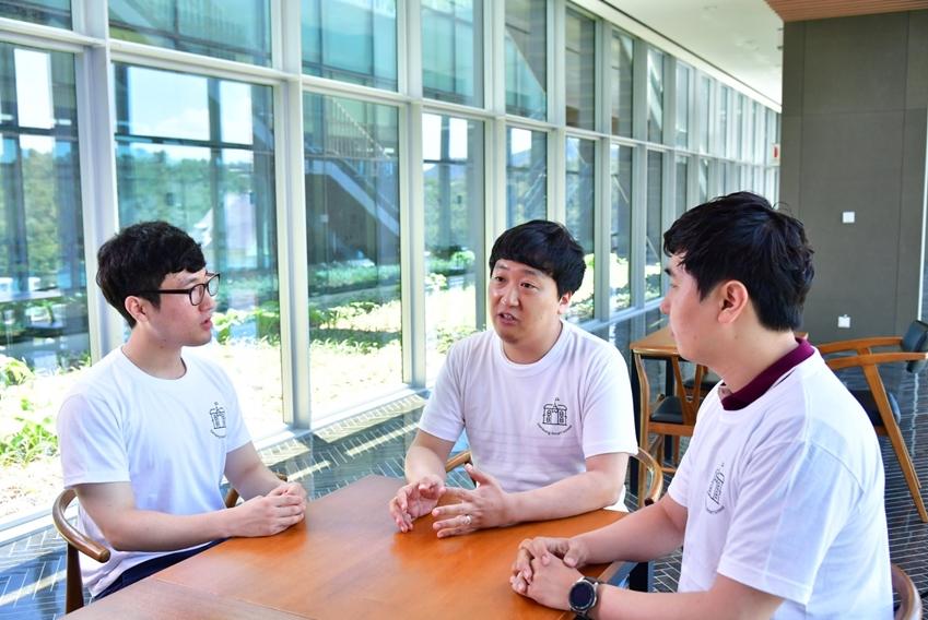 스마트스쿨에 관해 이야기 나누는 세 명의 멘토들