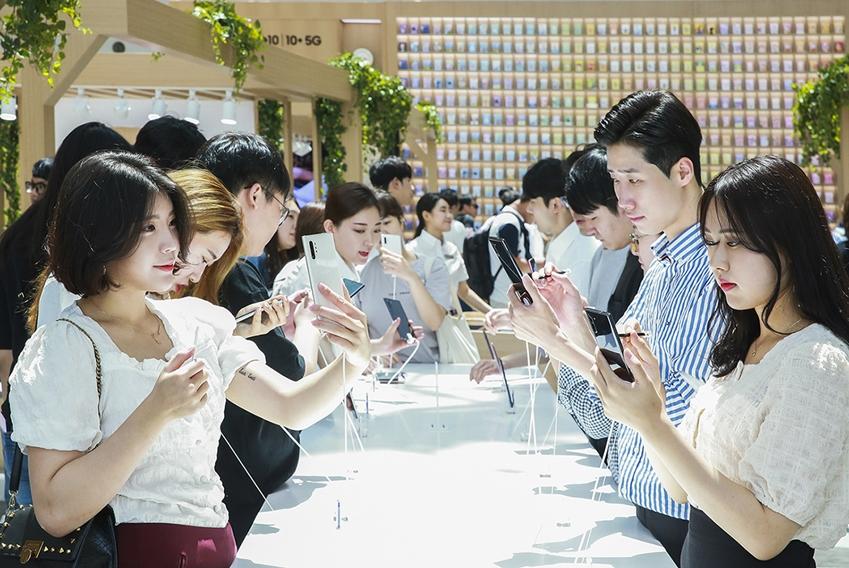 서울 영등포 타임스퀘어에 마련된 '갤럭시 스튜디오'가 제스처 인식으로 더욱 새로워진 '스마트 S펜', 혁신적인 카메라, 베젤을 최소화한 '인피니티 디스플레이' 등 더욱 강력해진 '갤럭시 노트10 5G'를 직접 체험해보려는 소비자들로 붐비고 있다.