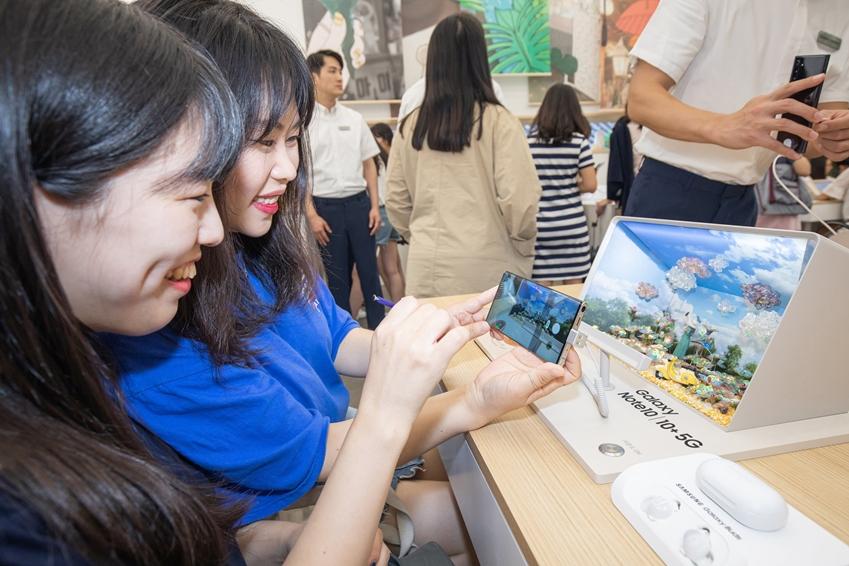 서울 종로구 익선동에 마련된 '갤럭시 스튜디오'를 찾은 소비자들이 '갤럭시 노트10 5G'의 한층 업그레이드된 성능을 체험하고 있다.