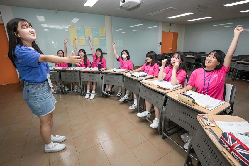 지난 6일 경기도 수원시에 위치한 성균관대학교 자연과학캠퍼스에서 2019년 삼성드림클래스 여름캠프에 참가한 중학생들이대학생 멘토로부터 수업을 듣고 있다.