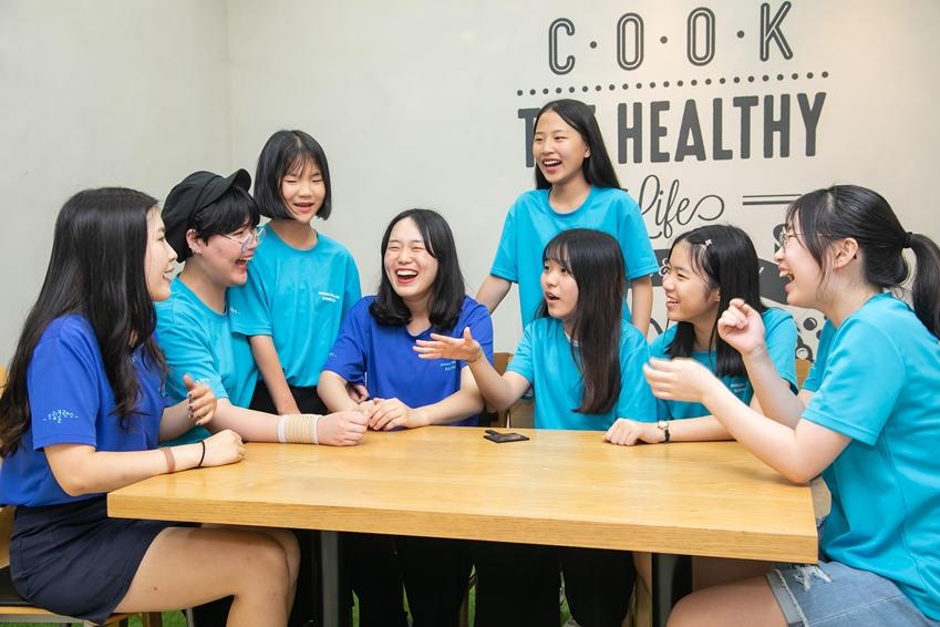지난 2일 인천광역시 송도에 위치한 연세대학교 국제캠퍼스에서 2019년 삼성드림클래스 여름캠프에 참가한 중학생들이 대학생 멘토와 대화를 나누고 있다.