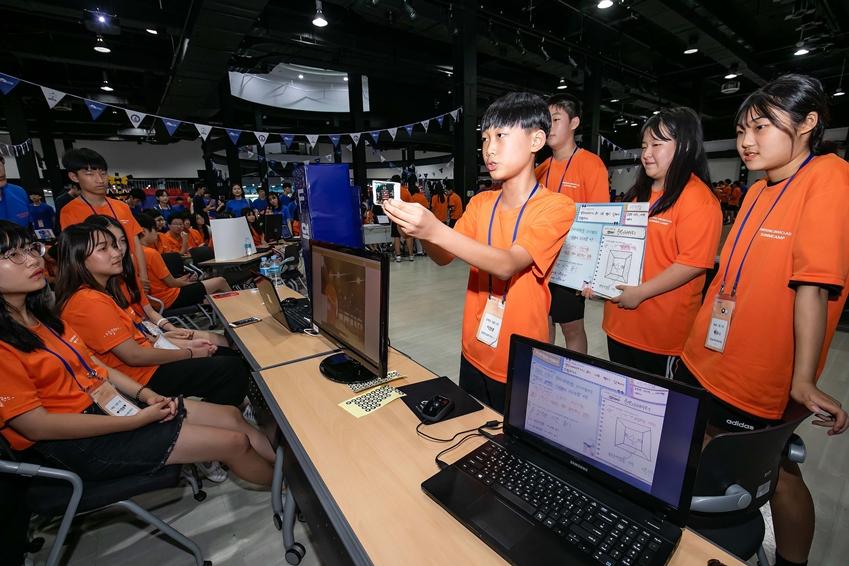 지난 8일 경기도 안산시에 위치한 한양대학교 ERICA캠퍼스에서 2019년 삼성드림클래스 여름캠프에 참가한 중학생들이 30시간의 소프트웨어 교육을 받고 만든 작품을 친구들에게 소개하고 있다.