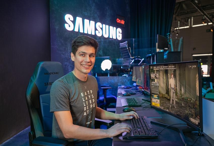 삼성전자는 8월 20일 개막한 '게임스컴 2019'서 최신 게이밍 모니터 3종을 공개했다. 게이머가 240Hz 고주사율의 'CRG5' 27형을 체험하고 있다.