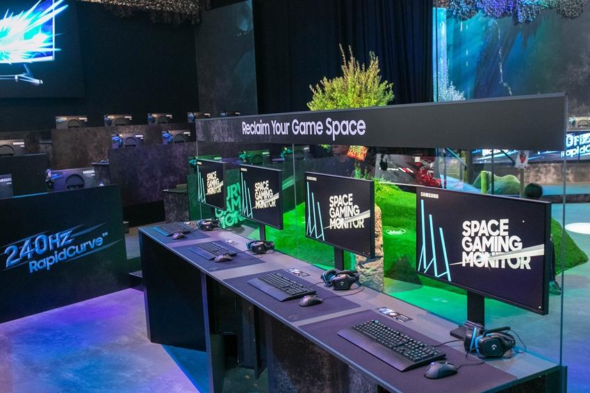 삼성전자는 8월 20일 개막한 '게임스컴 2019'서 최신 게이밍 모니터 3종을 공개했다. 체험존에 전시된 '스페이스 게이밍 모니터' 32형