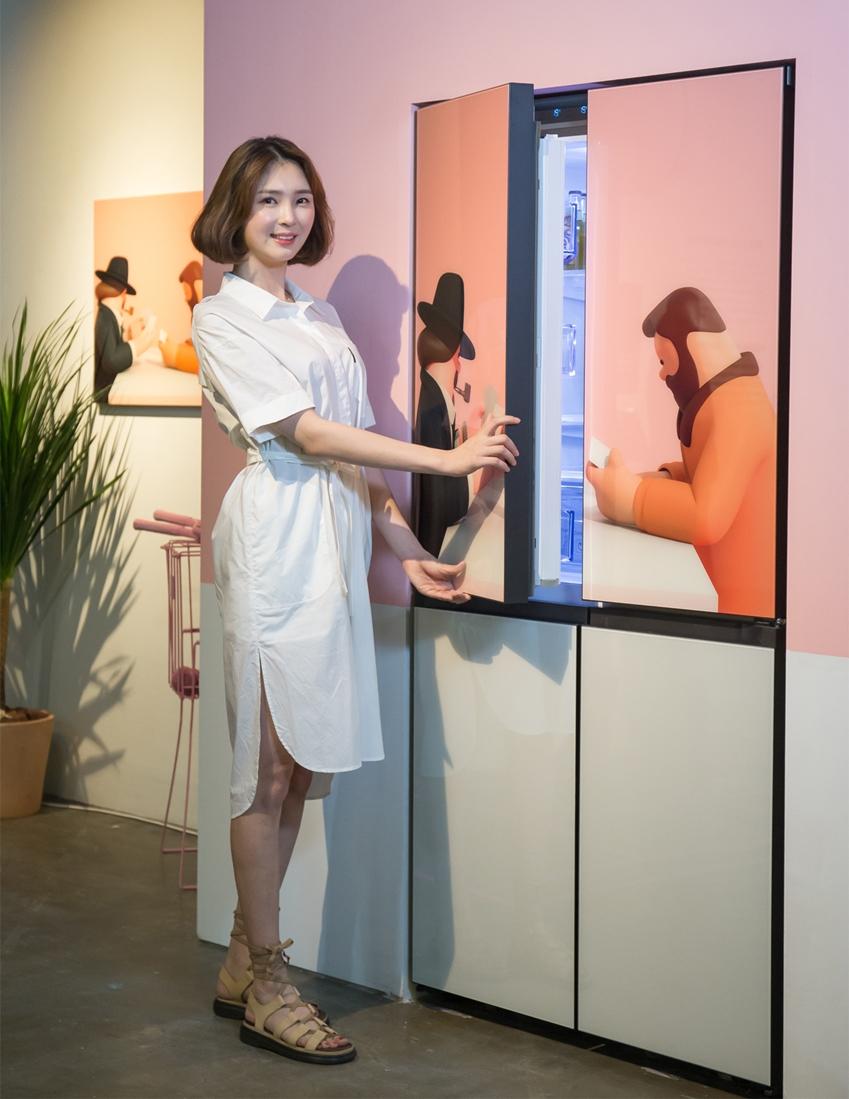 22일 서울 인사동 인사아트센터에서 열린 아트슈퍼마켓 사전행사에서 삼성 비스포크 냉장고를 소개하고 있는 삼성전자 모델