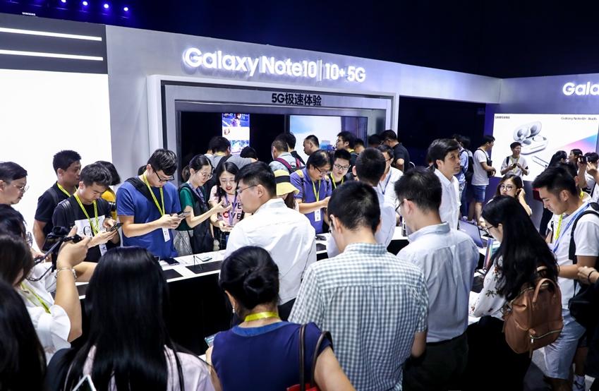 지난 21일(현지 시간)에 중국 베이징에서 진행된 '갤럭시 노트10' 출시 행사에 참석한 미디어들이 제품을 체험하고 있다.