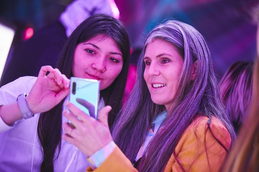 지난 20일(현지시간) 칠레 산티아고의 '종합 예술 공연장(NAVE, Centro de Creación y Residencia)'에서 진행된 '갤럭시 노트10' 출시 행사에서 참석자들이 제품을 체험하고 있다.