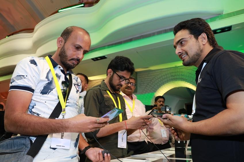 지난 20일(현지 시간) 인도 벵갈루루의 모바일 체험 스토어 '삼성 오페라 하우스'에서 진행된 '갤럭시 노트10' 출시 행사에서 소비자들이 제품을 체험하고 있다.