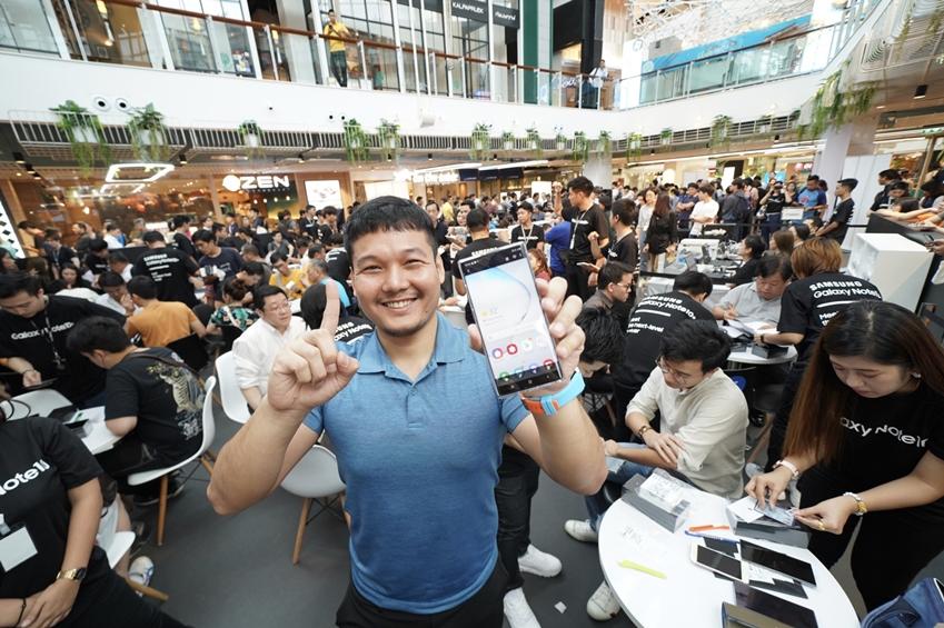 지난 16일(현지 시간) 태국 방콕의 대형 쇼핑몰 '센트럴 월드'에서 진행된 '갤럭시 노트10' 체험 행사에서 소비자들이 제품을 체험하고 있다.