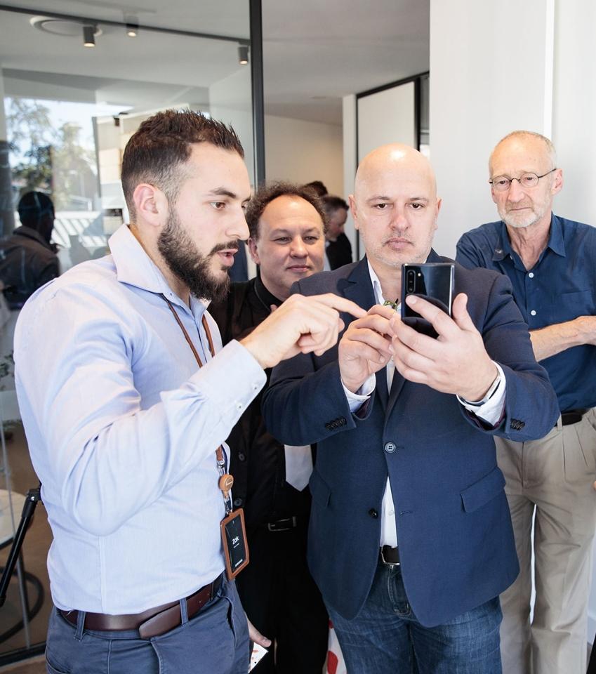 지난 20일(현지 시간) 호주 시드니의 럭셔리 체험공간 '더 디스트릭트'에서 열린 '갤럭시 노트10' 출시 행사에 참석한 현지 미디어가 제품을 체험하고 있다.