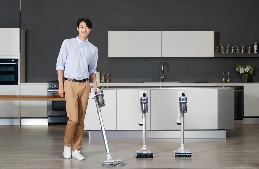 삼성전자 모델이 무선 청소기 '삼성 제트'의 신규 라인업을 소개하고 있다.