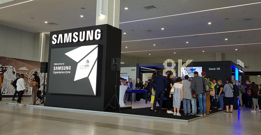 러시아 카잔에서 펼쳐지고 있는 국제기능올림픽대회에 마련된 삼성전자 체험관을 방문한 참관객들이 최신 제품을 둘러보고 있다.