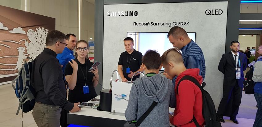 러시아 카잔에서 펼쳐지고 있는 국제기능올림픽대회에 마련된 삼성전자 체험관에서 참관객들이 갤럭시 노트10을 살펴보고 있다.