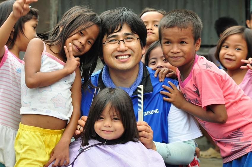 필리핀에서는 아이들의 머리도 예쁘게 다듬어 주었다.