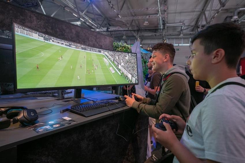 △ 49인치 CRG9의 넓은 32:9 화면을 통해 두 명의 관람객이 동시에 게임을 즐기고 있다