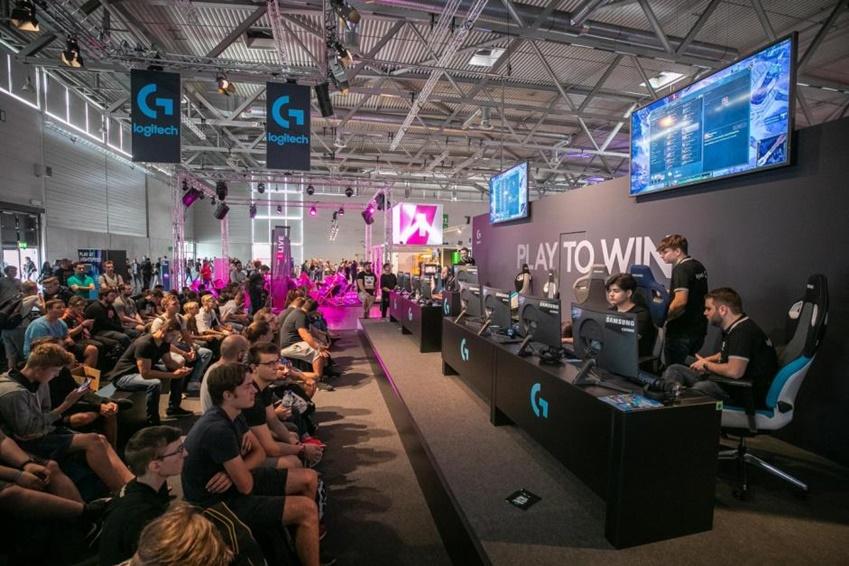 △ 글로벌 PC 하드웨어 기업 로지텍 부스에서 삼성전자 240Hz CRG5로 이벤트 게임 매치가 진행되고 있다