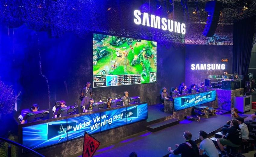 △ 삼성전자 부스 5vs5 토너먼트 존에서 한국의 게이머 '포엔트로' 팀이 유럽 관람객들과 함께 리그 오브 레전드 이벤트 매치를 진행하고 있다