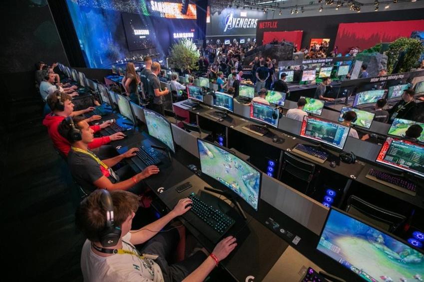△ 관람객들이 240Hz CRG5 30대를 나란히 배치한 디스플레이 게이밍 존에서 게임을 즐기고 있다