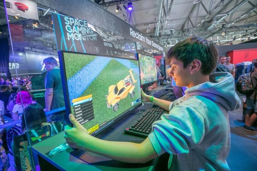 △ 관람객이 게임을 더 가까이서 즐기기 위해 스페이스 게이밍 모니터를 앞으로 당기고 있다.