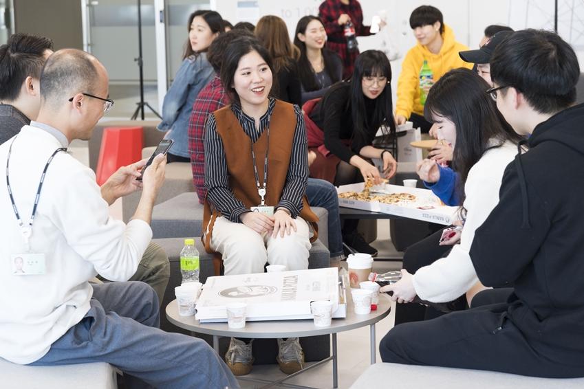 삼성전자 서울 R&D캠퍼스에 입주한 스타트업들이 'C랩 인사이트 살롱(Insight Salon)' 행사를 통해 아이디어를 나누고 있다.