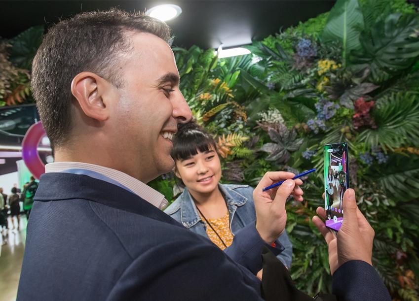 7일(현지시각) 미국 뉴욕 바클레이스 센터에서 열린 '삼성 갤럭시 언팩 2019'에서 관람객이 제품을 체험하는 모습