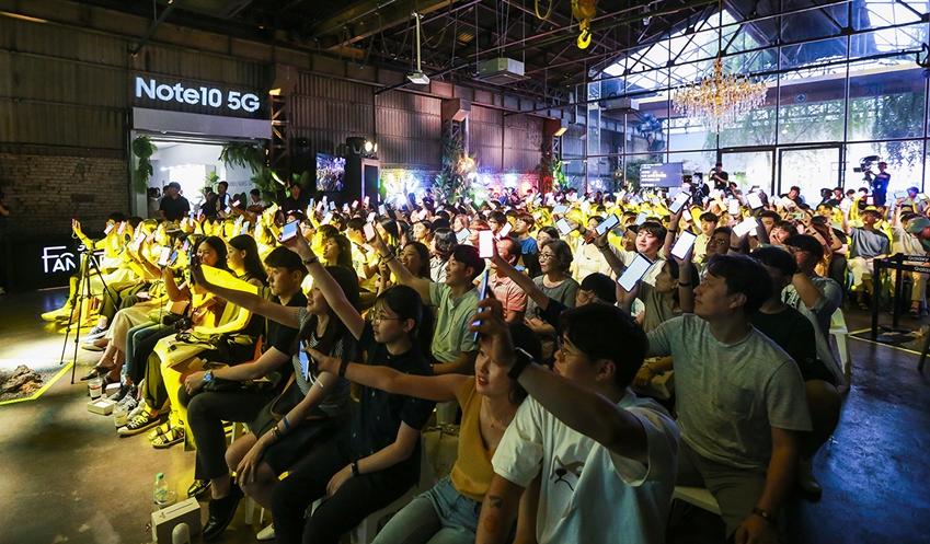 지난 17일 대구 북구 빌리웍스에서 진행된 '갤럭시 팬 파티'에 참석한 갤럭시 팬들이 공연을 즐기는 모습