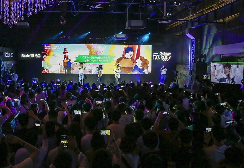 지난 17일 대구 북구 빌리웍스에서 진행된 '갤럭시 팬 파티'에서 힙합 뮤지션 타이거 JK, 윤미래, 비지가 갤럭시 팬 스토리를 주제로 만든 노래 'Draw Your Love'를 소개하는 모습