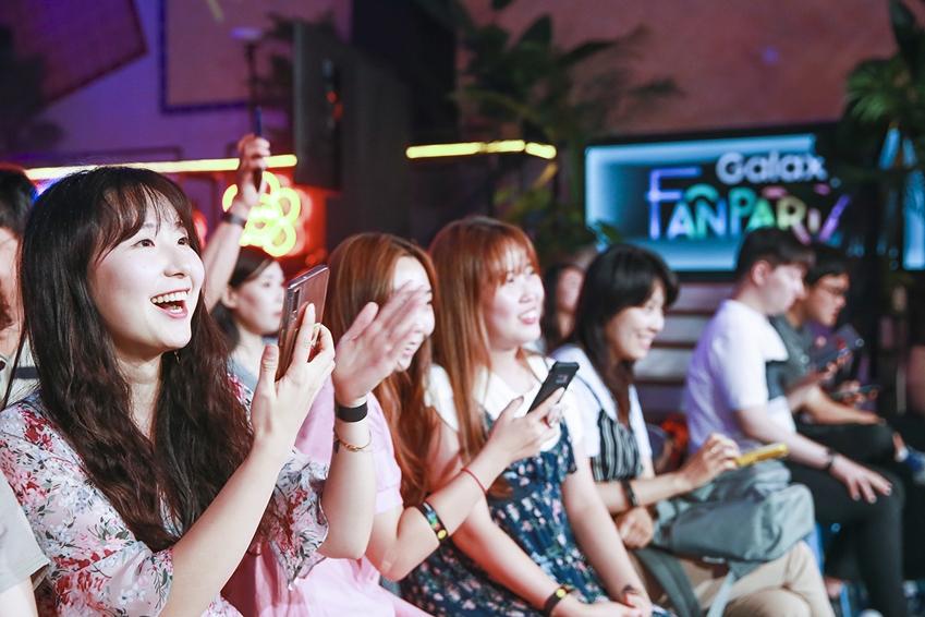 지난 16일 부산 영도구 젬스톤에서 진행된 '갤럭시 팬 파티'에 참석한 갤럭시 팬들이 '갤럭시 노트10 5G'의 독보적인 성능과 팬들의 다채로운 사연으로 구성된 '팬 퀴즈쇼'에 참여하는 모습